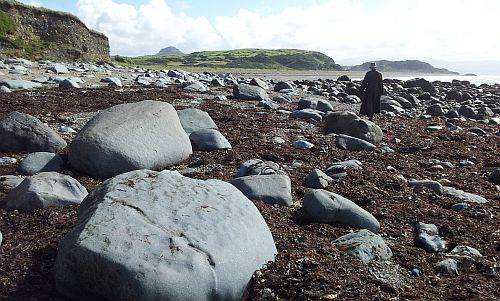Beach_in_wales_with_rocks.jpg