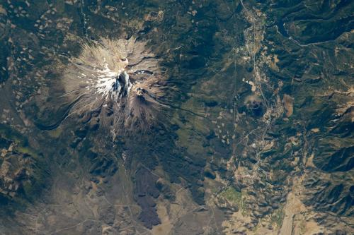Mt_Shasta_from_the_air.jpg